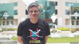 Tiến sĩ Nguyễn Quang A trước tòa thị chính của một thành phố ở Trung Quốc với chiếc áo No-U phản đối đường lưỡi bò của Trung Quốc ở Biển Đông. Ông là một trong những ứng viên đầu tiên tự ứng cử vào Quốc hội Việt Nam khóa tới. Courtesy photo