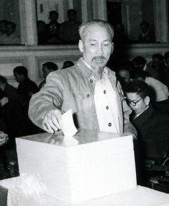 Ông Hồ Chí Minh trong một lần bầu cử Quốc hội. Ảnh: internet
