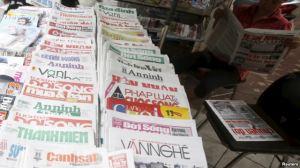 Một sạp báo trên đường phố Hà Nội, ngày 26 tháng 9 năm 2015. Ảnh: Reuters