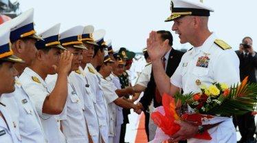 Đô Đốc Scott Swift (phải) tại Đà Nẵng năm 2012. (Hình: Hoang Dinh Nam/AFP/Getty Images)