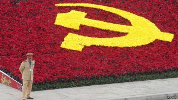Một cảnh sát đứng bên cạnh biểu tượng đảng Cộng sản tại Trung tâm Hội nghị Quốc gia. Một cảnh sát đứng bên cạnh biểu tượng đảng Cộng sản tại Trung tâm Hội nghị Quốc gia. Ảnh: Reuters