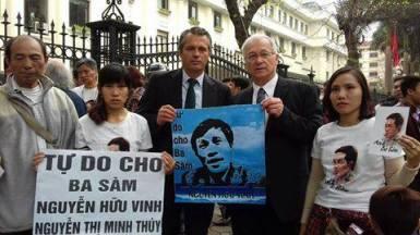 Nghị sĩ Đức Martin Patzelt (người đứng bên phải, đang cầm poster ông Nguyễn Hữu Vinh) trước phiên tòa. Nguồn ảnh: FB Bạch Hồng Quyền