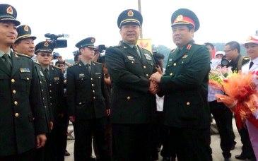 Bộ trưởng Quốc phòng Phùng Quang Thanh và Bộ trưởng Quốc phòng TQ Thường Vạn Toàn tại chương trình giao lưu hữu nghị quốc phòng biên giới Việt - Trung. Ảnh: VNN