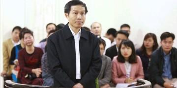 """Blogger nổi tiếng Nguyễn Hữu Vinh, bút danh """"Anh Ba Sàm"""", trước tòa án Hà Nội."""