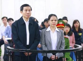Blogger Basàm Nguyễn Hữu Vinh và người cộng sự, bà Nguyễn Thị Minh Thủy, tại Tòa án Nhân dân Hà Nội ngày 23 tháng 3 năm 2016. AFP photo