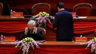 Thủ tướng Nguyễn Tấn Dũng (phải) sắp nghỉ, còn Tổng bí thư Nguyễn Phú Trọng (trái) đã tái đắc cử ở Đại hội 12. Photo: Hoang Dinh Nam AFP