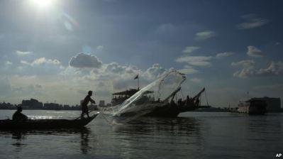 Một ngư dân đánh cá trên sông Mekong gần Phnom Penh, Campuchia. Hình minh họa. Nguồn ảnh: AP