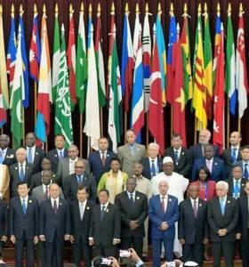 Chủ tịch nước Trương Tấn San (hàng đầu, trái) đứng dưới hàng cờ các nước, trong đó có cờ của VNCH và cờ của VNDCCH tại 60 năm Hội nghị Á-Phi. Nguồn: internet