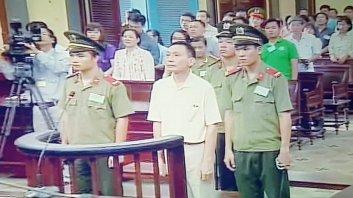 Bị cáo Ngọc nghe tuyên án (ảnh chụp qua màn hình) - Ảnh: HOÀNG ĐIỆP
