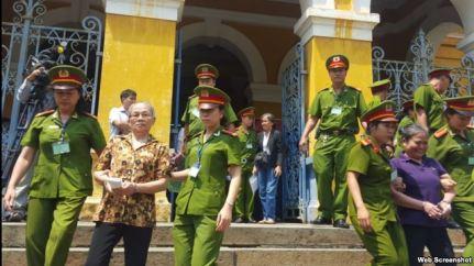 Các bị cáo bị giải ra khỏi tòa án sau phiên xử (Ảnh chụp từ trang Tuoitre)