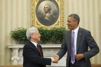 TBT Nguyễn Phú Trọng bắt tay TT Obama trong chuyến thăm Mỹ của ông Obama năm ngoái. Nguồn ảnh: WSJ