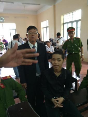 LS Nguyễn Văn Miếng và trẻ em Nguyễn Mai Trung Tuấn trong phiên tòa phúc thẩm vào ngày 02.03.2016. Ảnh: internet