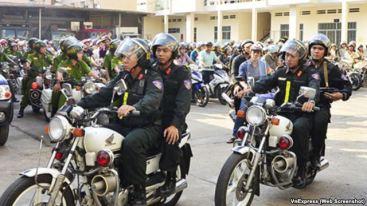 Cuộc xuống đường trấn áp nạn cướp giật ở thành phố diễn ra gần nửa tháng sau khi Bí thư thành ủy Đinh La Thăng làm việc với công an. Ảnh: VNE (web screenshot)