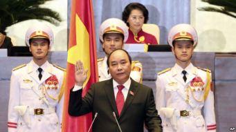 Ông Nguyễn Xuân Phúc tuyên thệ nhậm chức thủ tướng tại Hà Nội, Việt Nam, ngày 7/4/2016. Ông Nguyễn Xuân Phúc tuyên thệ nhậm chức thủ tướng tại Hà Nội, Việt Nam, ngày 7/4/2016. Photo: AP