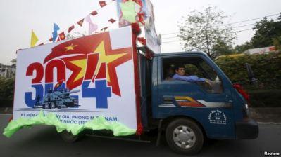Xe tải dán áp phích quảng bá kỷ niệm ngày 30/4 trên đường phố ở Tp HCM. Ảnh: Reuters