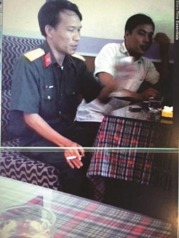 Trung tá Nguyễn Văn Dũng, giảng viên Học viện Kỹ thuật quân sự trong một lần giao dịch chạy công chức. Ảnh: Infonet