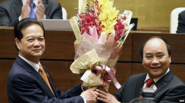 Cựu Thủ tướng Nguyễn Tấn Dũng chúc mừng tân Thủ tướng Nguyễn Xuân Phúc sau khi ông Phúc tuyên thệ nhậm chức tại Hà Nội, ngày 7/4/2016. Ảnh: EPA