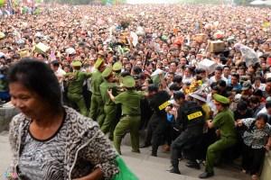 Biển người chen lấn tại lễ hội Đền Hùng 2016. Nguồn: Internet