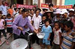 Sau khi tổ chức nấu cháo, người dân tổ chức ăn cháo tại trụ sở UBND xã Liên Hiệp. Ảnh: báo LĐ