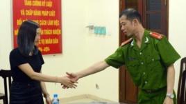 Trung úy Nguyễn Văn Bắc xin lỗi chị Trần Tú Anh tại trụ sở Công an phường Trung Liệt, quận Đống Đa, Hà Nội (ảnh chụp từ trang Vietnamnet)