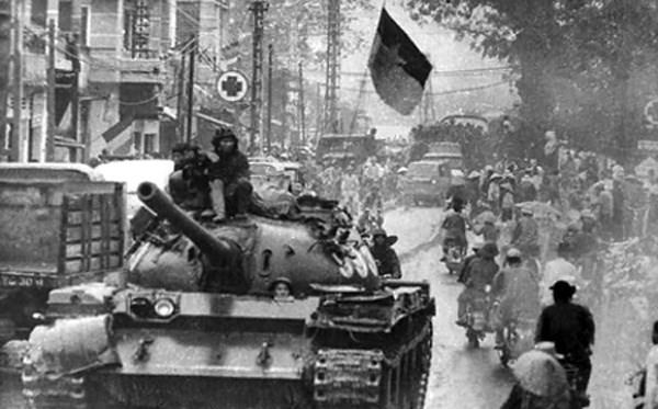 """Xe tăng của """"quân giải phóng"""" tiến vào thành phố Đà Nẵng ngày 29/3/1975 - Ảnh: TTXVN"""
