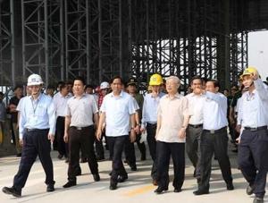 Tổng Bí thư Nguyễn Phú Trọng cùng đoàn tham quan, kiểm tra tại cầu Cảng Sơn Dương thuộc dự án Fomorsa Hà Tĩnh. Ảnh: báo CAND