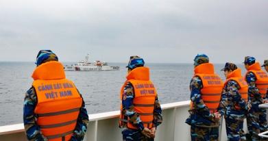 Cảnh sát biển Việt Nam thực hiện nghi thức chào xã giao Cảnh sát biển Trung Quốc. Nguồn: CSB VN