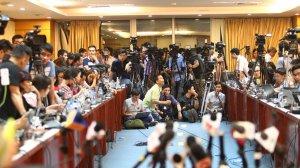 Rất đông phóng viên đã có mặt tại buổi họp báo, cho tới thời điểm này, buổi họp báo đã bị trễ gần 1 tiếng nhưng chỉ diễn ra vỏn vẹn 10 phút - Ảnh: Nguyễn Khánh