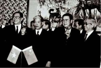 """TBT Trung Quốc Giang Trạch Dân, TT Lý Bằng và Tổng Bí thư Đỗ Mười cùng TT Võ Văn Kiệt. Ảnh chụp ngày 7-11-1991, tham dự buổi lễ giao dịch """"điếu ngư thái quốc tân quán"""" (Diaoyutai State Guesthouse) tại Bắc Kinh. Nguồn: internet"""