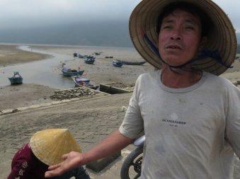 Ngư dân Nguyễn Bá Lựu (thị xã Kỳ Anh, Hà Tĩnh) kể về nỗi khổ phải cắm thuyền vì không còn ai mua cá - Ảnh: Tấn Vũ