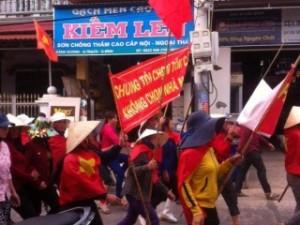 Dân làng biển Cảnh Dương, huyện Quảng Trạch, Quảng Bình đã tập trung giương cờ và khẩu hiệu, cùng nhau biểu tình phản đối dự án xây dựng nhà máy thép Formosa gây thảm họa môi trường. Ảnh: Facebook