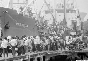 Những người dân Saigon cuối cùng bỏ chạy khi nghe tin Cộng sản Bắc Việt tiến vào Saigon. Ảnh chụp ngày 30-4-1975. Nguồn ảnh: AP Photo/Matt Franjola