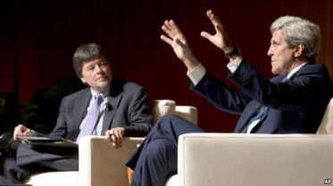 Ngoại trưởng Mỹ John Kerry trao đổi với đạo diễn phim tài liệu Ken Burns (trái) về những trải nghiệm liên quan tới Chiến tranh Việt Nam hôm 27/4. Ảnh: AP