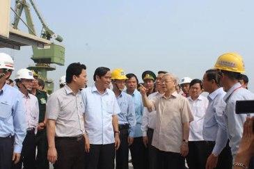Ông Nguyễn Phú Trọng cùng các lãnh đạo đảng hớn hở thăm Hà Tĩnh. Nguồn: internet
