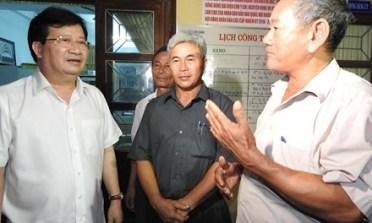 Phó Thủ tướng Trịnh Đình Dũng chia sẽ, động viên ngư dân Quảng Bình. Ảnh: báo TP