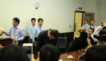 Ông Chu Xuân Phàm xin lỗi trong buổi họp báo (Ảnh: Vietnamnet)