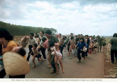 Những người dân chạy về phía trực thăng Mỹ ở Xuân Lộc, Đồng Nai. Ảnh chụp năm 1975. Corbis Photo