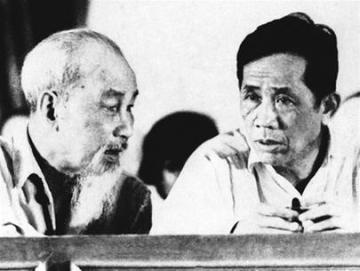 Lê Duẩn (phải) và Hồ Chí Minh. Nguồn: internet