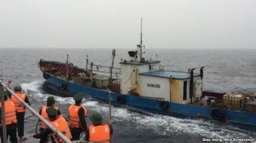 Tàu chở dầu của Trung Quốc bị bắt giữ vì xâm phạm chủ quyền biển của Việt Nam. Ảnh chụp màn hình từ báo Giao Thông.