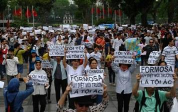 Người dân Hà Nội biểu tình chống tập đoàn Đài Loan Formosa ở trung tâm thành phố Hà Nội vào ngày 01 tháng 5 năm 2016. AFP Photo