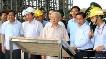 Ông Nguyễn Phú Trọng thăm công trình cảng Sơn Dương thuộc Dự án Formosa thuộc khu công nghiệp Vũng Áng ở Hà Tĩnh hôm 22/4. Nguồn: báo Hà Tĩnh.