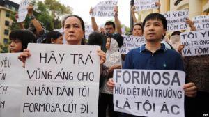 Người biểu tình ở Hà Nội xuống đường với biểu ngữ phản đối công ty Formosa hủy hoại môi trường, gây ra vụ cá chết hàng loạt dọc theo bờ biển miền trung Việt Nam, ngày 1/5/2016.
