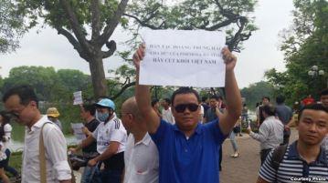 Tác giả (Lê Anh Hùng) trong cuộc biểu tình tại Hà Nội sáng 1/5. Courtesy Photo