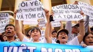 Người biểu tình xuống đường tại Hà Nội với biểu ngữ phản đối công ty Đài Loan Formosa Plastics huỷ hoại môi trường biển gây ra vụ cá chết hàng loạt tại tỉnh miền Trung, ngày 1/5/2016. Ảnh: EPA