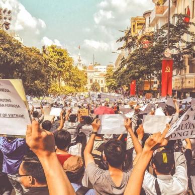 Người dân xuống đường biểu tình ở Sài Gòn. Nguồn: internet