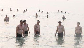Viên chức Ðà Nẵng, Quảng Nam tắm biển để trấn an dân rằng biển đã sạch. (Hình: Tuổi Trẻ)