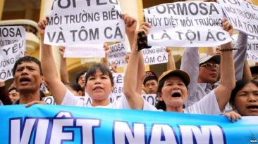 Người dân ở Việt Nam xuống đường biểu tình tại Hà Nội, tố cáo công ty Formosa hủy hoại môi trường, gây ra vụ cá chết hàng loạt tại các tỉnh miền Trung Việt Nam, ngày 1/5/2016. Ảnh: EPA
