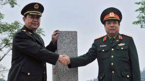 Bộ trưởng Quốc phòng Trung Quốc Thường Vạn Toàn bắt tay với Bộ trưởng Quốc phòng Việt Nam Phùng Quang Thanh tại cửa khẩu Chi Ma, ngày 29/3/2016. Ảnh: EPA