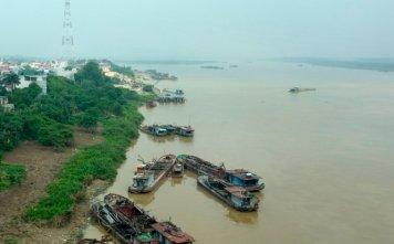 Tàu thuyền vận tải trên sông Hồng đoạn chảy qua cầu Thăng Long, Hà Nội - Ảnh: Hoài Linh