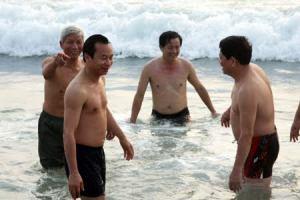 Bí thư Thành ủy Đà Nẵng Nguyễn Xuân Anh, Chủ tịch UBND TP Huỳnh Đức Thơ tắm biển lúc bình minh. Nguồn: VNN